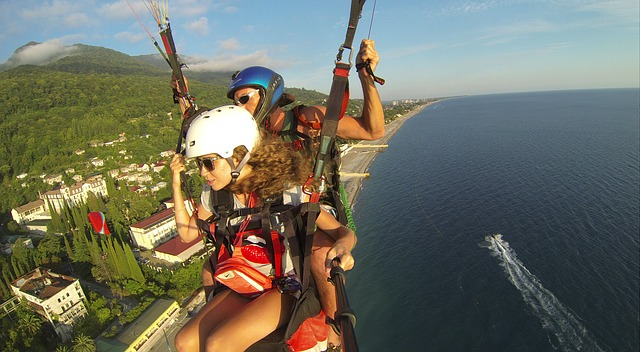 paraglider-536642_640